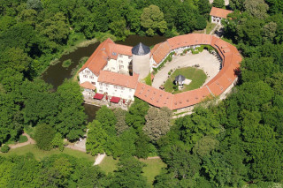 FCR Immobilien AG verkauft Hotelimmobilie Wasserschloss Westerburg, 8 verkaufte Objekte in 2020